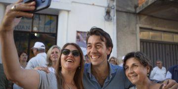 Хуан Сартори (в центре) со сторонниками. Фото: twitter.com/JuanSartoriUY