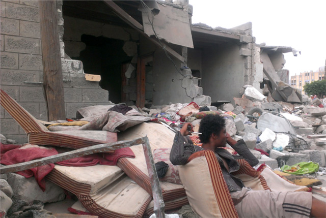 Последствия одного из авиаударов по Сане/Almigdad Mojalli/VOA/wikipedia.org