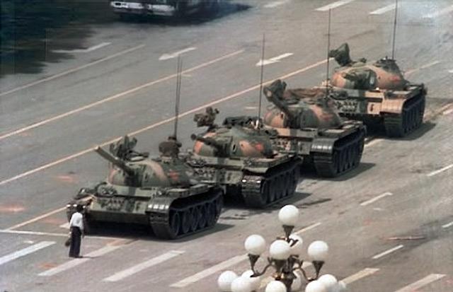 Танки на площади Тяньаньмень/Джефф Уайднер/wikipedia.org