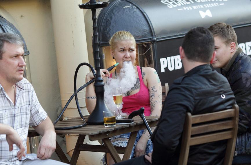 Кальян в кафе в Санкт-Петербурге/ Дмитрий Неумоин/ Фотобанк Лори