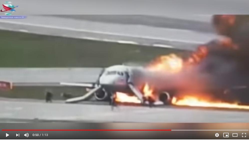 Скриншот видео аварийной посадки SSJ100 в Шереметьево/Youtube