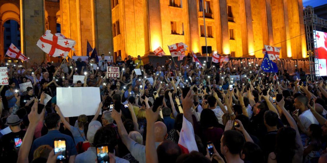 Протестующие у здания грузинского парламента/RFE/RL