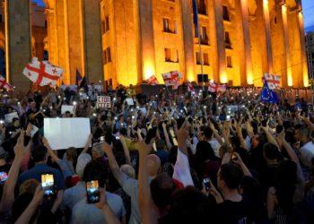 Протестующие у здания грузинского парламента 23 июня 2019 года/ RFE/RL