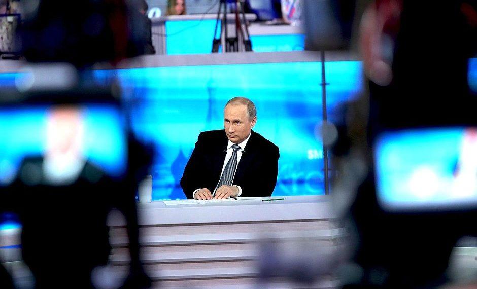 """Владимир Путин во время """"прямой линии""""/kremlin.ru"""