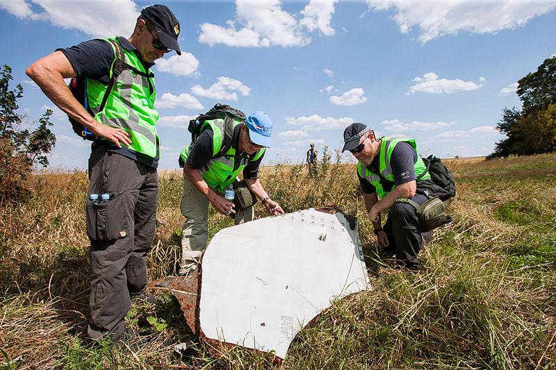 Следователи на месте крушения MH17/defensie.nl