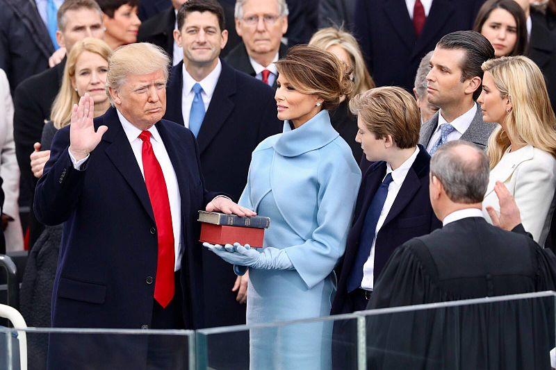 Дональд Трамп приносит присягу во время церемонии инаугурации/ wikipedia.org