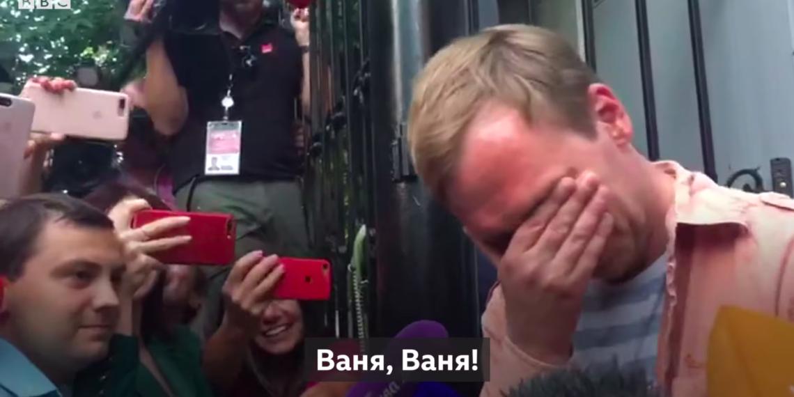 Журналисты встречают вышедшего на свободу Ивана Голунова/ Официальный YouTube-канал Русской службы Би-Би-Си