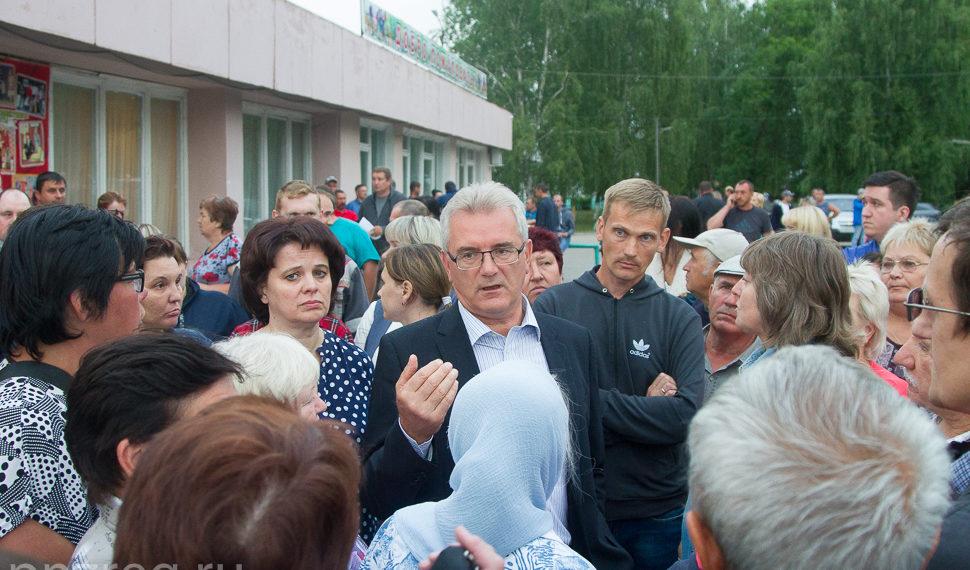 Губернатор Пензенской области Иван Белозерцев (в центре) на встрече с жителями Чемодановки/Фото: правительство Пензенской области